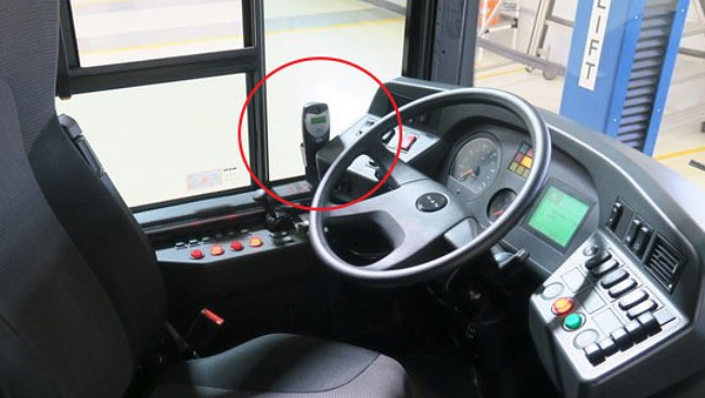 ALKOLÅS: Slik ser alkolåsen ut på de nye byssene til Unibuss. Sjåførene får hvert sitt munnstykke. Disse festes bak på apparatet som er innringet. Sjåførene må blåse en jevn pust inn i munnstykket i noen sekunder. Dersom apparatet får utslag på alkohol, så vil ikke bussen starte.  Foto: Unibuss